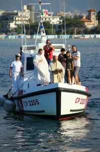 Preghiera e omaggio floreale ai morti in mare.